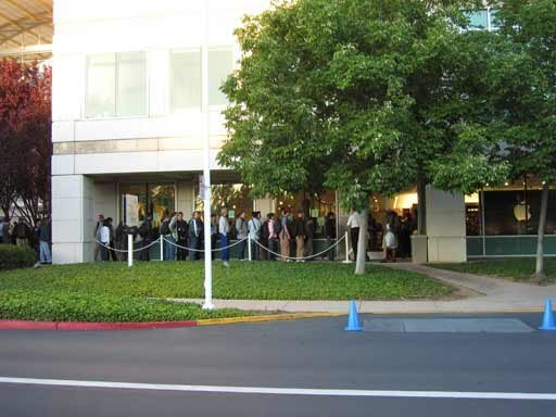Apple Campus - Schlange vor Campus Company Store