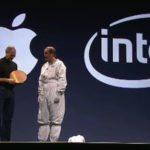 WWDC 2006 - Paul Ottelini im Hasenkostüm mit Steve Jobs