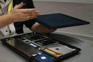 Axiotron-Firmenchef Andreas Haas zeigt den Aufbau des Modbook Pro