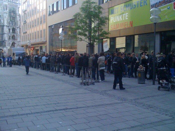 Apple Store - Schlange vor iPad-Start in Münc