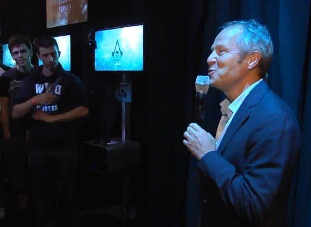 Yves Guillemot, CEO von Ubisoft, begrüßt die ersten AC4-Fans auf der GamesCom 2013