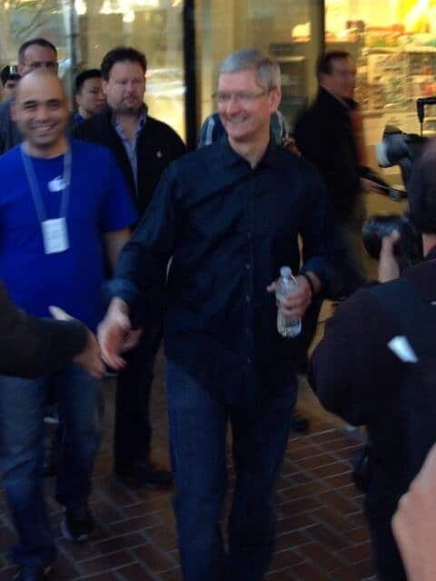 Tim Cook begrüßt iPhone-Käufer in Palo Alto
