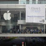 iSlave 6 - Banner von SACOM vor Apple Store in Hongkong