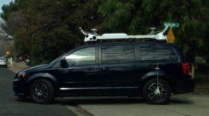 Minivan mit Kamera auf Dach
