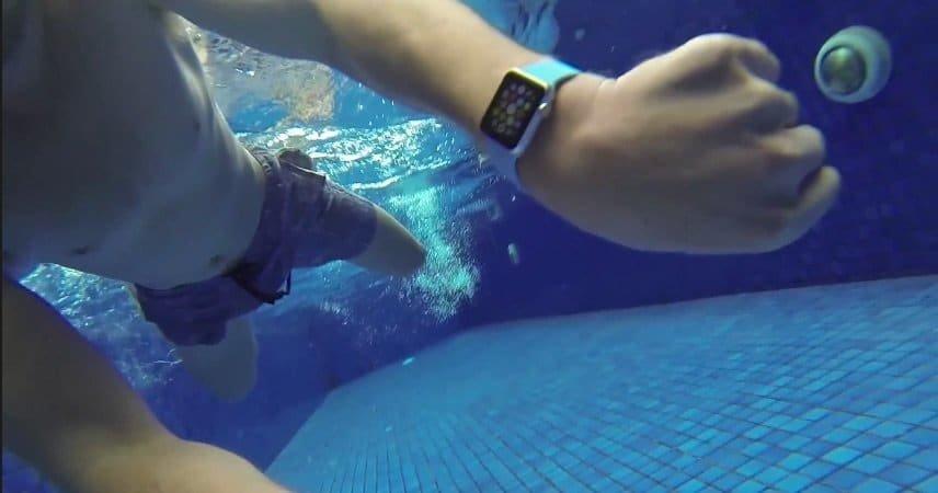 Apple Watch im Schwimmbecken