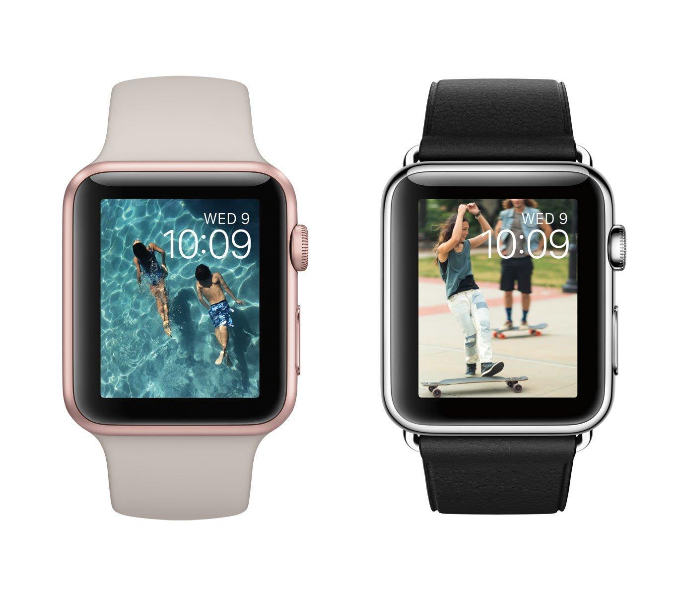 Apple Watch Sport in Roségold mit Stein-farbenem Sportarmband und Apple Watch mit schwarzem Lederarmband