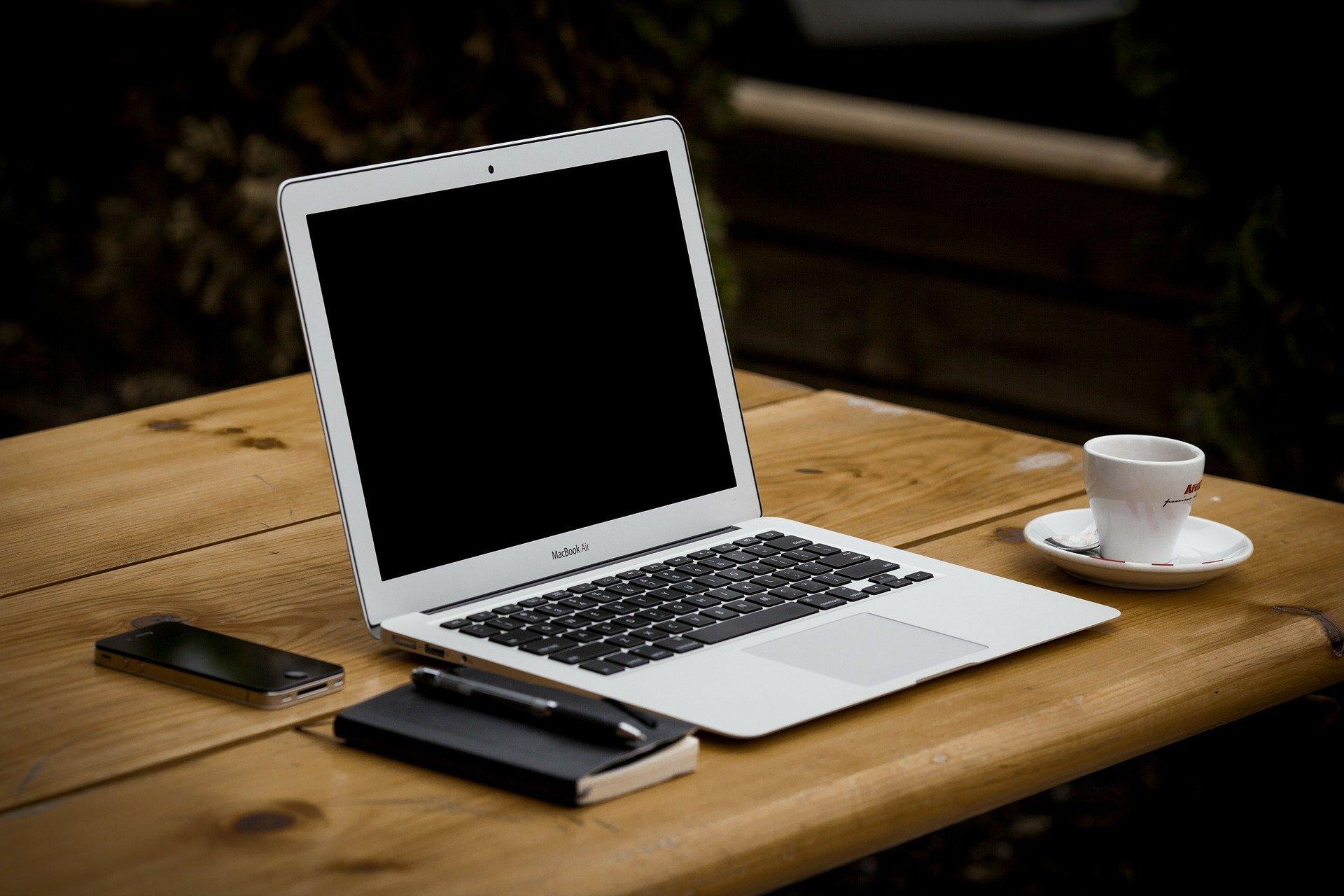 MacBook Air mit Kaffee