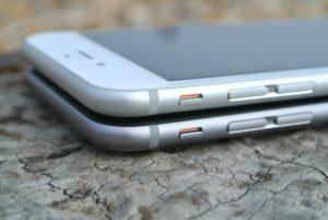 iPhone 6 silber und schwarz (liegen aufeinander)