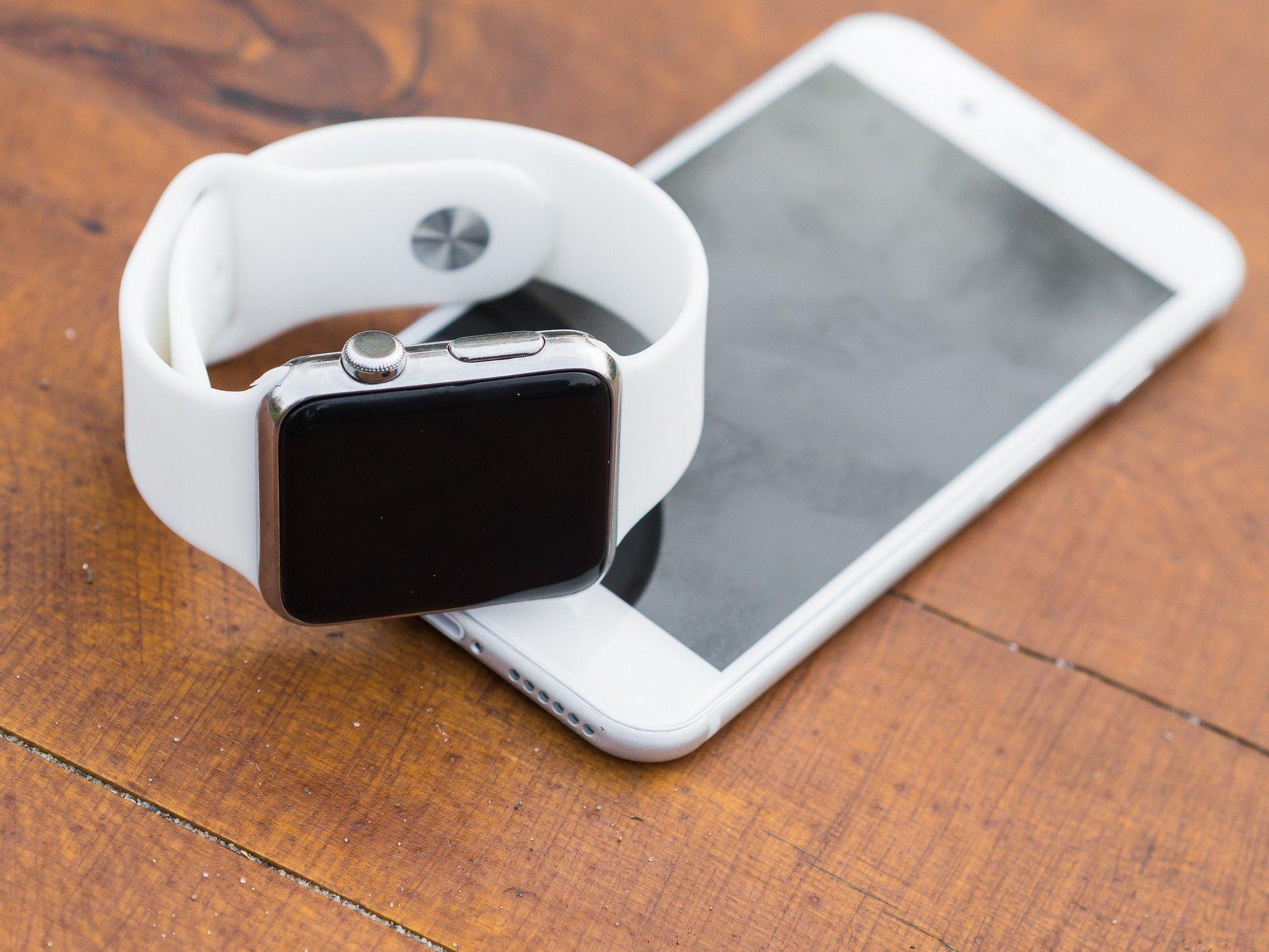 iPhone 6S silber mit Apple Watch (aufeinander)
