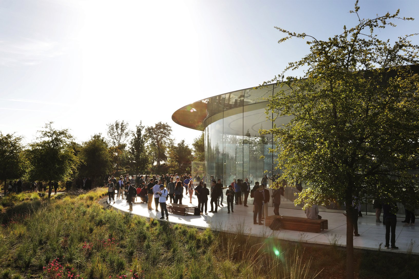 Gäste am Steve Jobs Theater im Apple Park