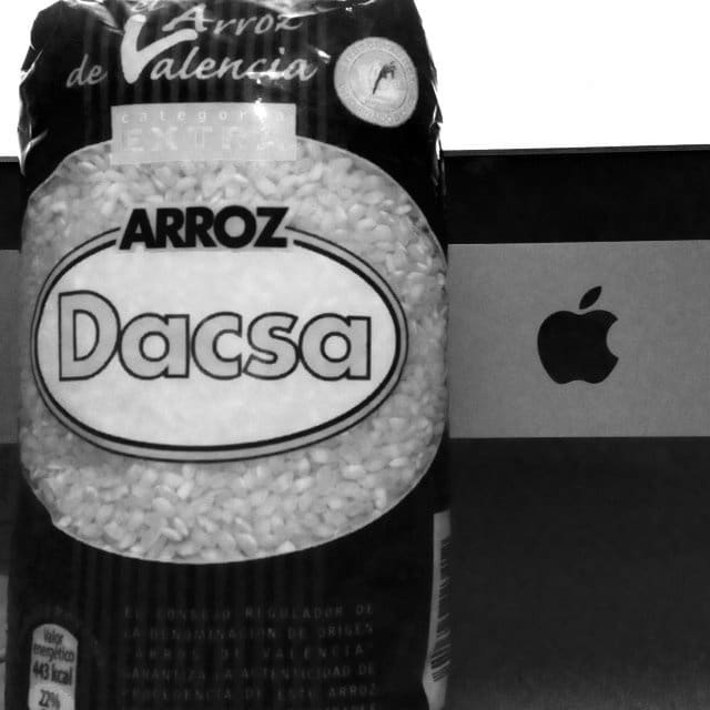"""Apple iMac und ein """"Sack"""" Reis, Foto: Alexander Trust"""