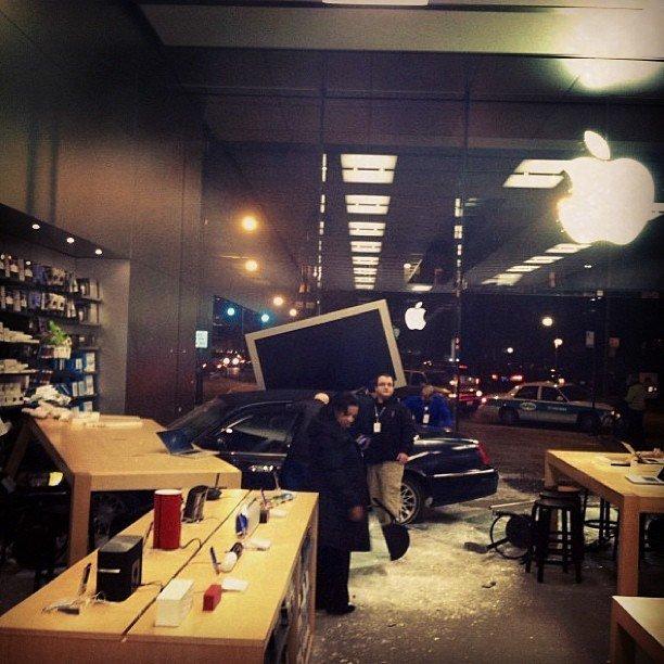 Foto von Unfall im Apple Store im Lincoln Park, Chicago. Foto: @EricIngrum